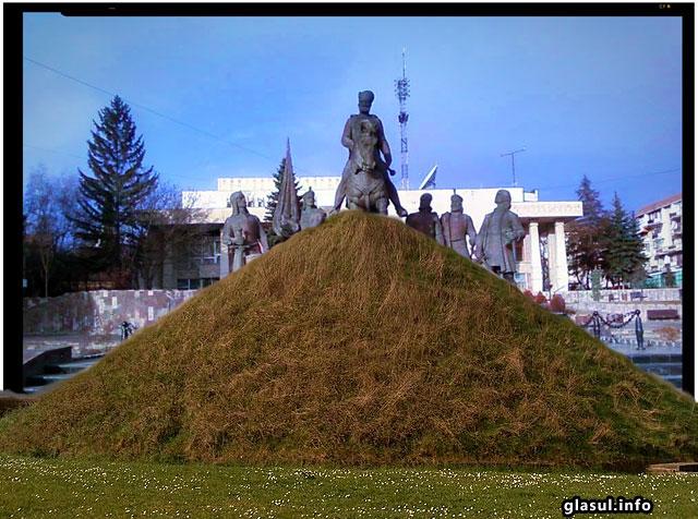 Netrebnici si ticalosi! Vor sa ascunda statuia lui Mihai Viteazul din Sfantu Gheorghe dupa o movila de pamant!