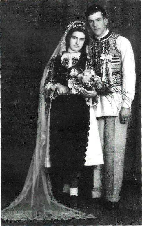 In fotografie (facuta publica de jurnalista Ioana Hașu) este Gheorghe Hasu, luptator anticomunist din Muntii Fagarasului si sotia sa.