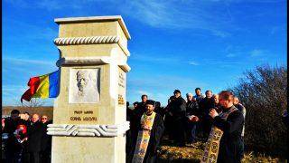 Monument ridicat în memoria preoților martiri Cornel Leucuța și Cornel Popescu din Șimand, pe locul unde au fost uciși de Garda Roșie Maghiară în Săptămâna Patimilor