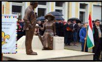 Se intâmplă in România: dezvelire grup statuar la Carei fără steag românesc!
