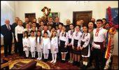 Grup de colindători la Ambasada României de la Chișinău