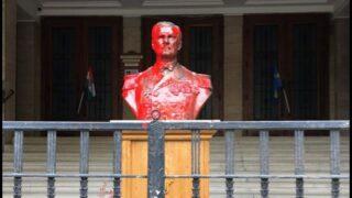Bustul lui Horthy de la Budapesta, stropit cu vopsea roșie