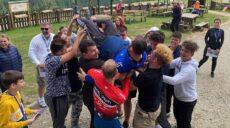 Un preot care duce gratis copii surzi în tabere implementează un schimb de experienţă cu cei auzitori!
