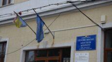 Sfidarea autorităților continuă! Steagul național  zdrențuit de la Centrul Social din subordinea Primăriei Carei nu a fost schimbat!
