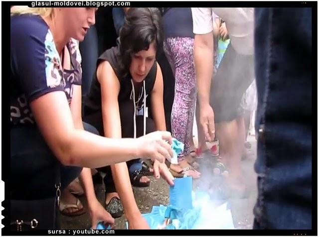 Mamele tinerilor romani din Ucraina ard ordinele de mobilizare pentru armata