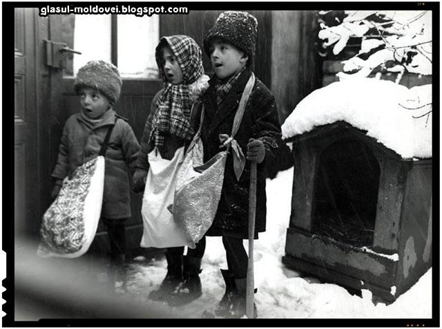 Micuți colindători, cântând, cu trăistuțele pregătite, București, aprox. 1929.