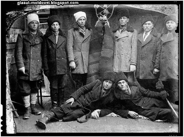 Grup de colindători cu brezaie (capră) stând să fie fotografiați, probabil sfârșitul anilor 1930. Sursa foto: http://zoom.mediafax.ro/, fotografie din colecția Costică (Constantin) Acsinte – fost fotograf de război, ulterior unul dintre puținii fotografi români profesioniști ai perioadei interbelice