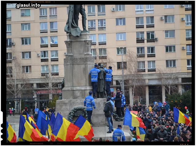 Incident neplacut la Iasi - Un barbat a trebuit dat jos de pe statuie de catre jandarmi