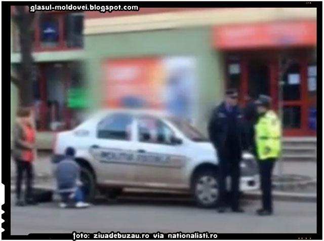 FOTO: Un minor schimbă roata unei mașini de poliție, în timp ce agenții stau cu mâinile-n sân, sursa foto: ziuadebuzau.ro via nationalisti.ro