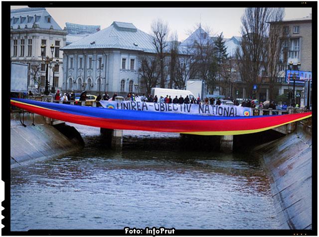 Pod tricolor peste Dâmbovița cu ocazia Zilei Unirii Principatelor Române, Foto: InfoPrut
