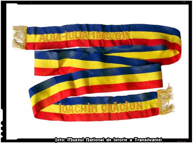 Legenda unei eșarfe-tricolor din 1918, purtate de profesorul Ioachim Crăciun la Marea Adunare Naţională de la Alba Iulia din 1 Decembrie 1918, în calitate de delegat oficial al cercului Cristian–Sibiu.