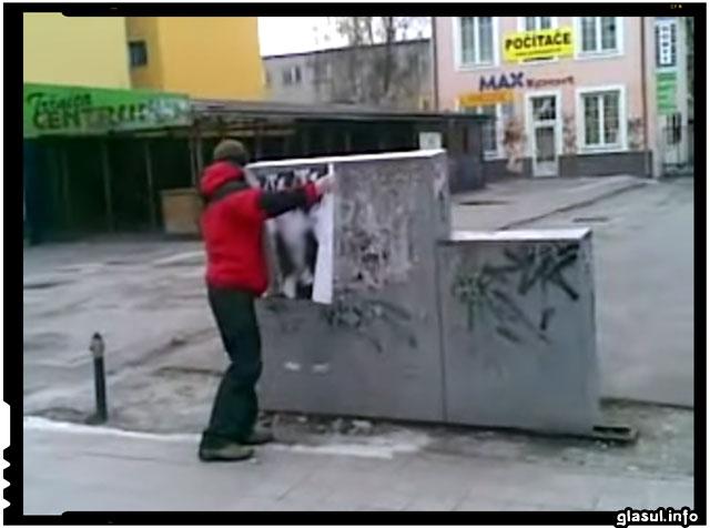 Unul dintre liderii Antifa din Republica Moldova prins in timp ce lipea simboluri fasciste