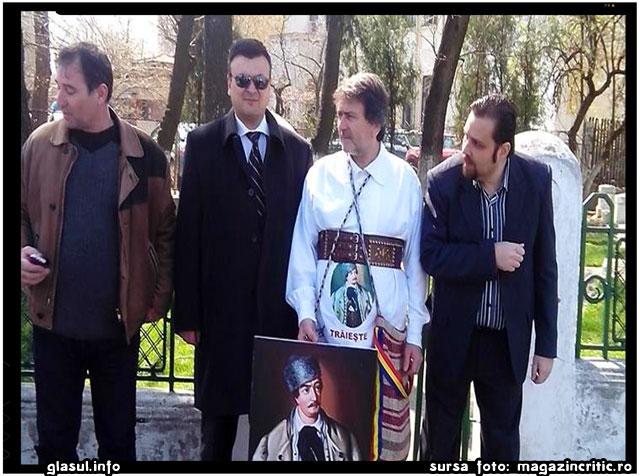 "NE MERITAM SOARTA, FRATI ROMANI!!! Protest la Cotroceni fata de refuzul presedintelui de a promulga Legea ""Avram Iancu"", sursa foto: magazincritic.ro"