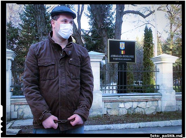 S-a legat CU LANȚURI în fața Ambasadei României. Gestul DISPERAT al unui moldovean, sursa foto: politik.md