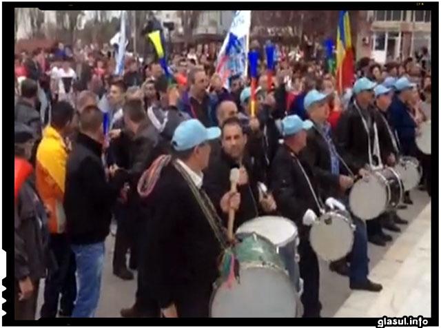 "Protest de amploare la Mioveni! Se pare ca ""dragii"" si ""iubitii"" nostri alesi sunt acum in impas: sa-si mai faca sau nu pensii nesimtite sau sa faca autostrada Pitesti-Sibiu?"