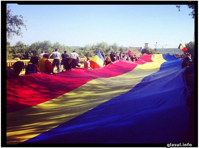 Romania si Republica Moldova au fost unite simbolic prin desfasurarea unui tricolor de 300 de metri peste Prut, foto: infoprut.ro