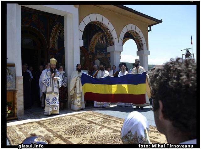 """Preasfintitul Andrei, Episcopul Harghitei si Covasnei: """"Tricolorul, Icoană a Neamului Românesc""""., foto: Mihai Tirnoveanu"""