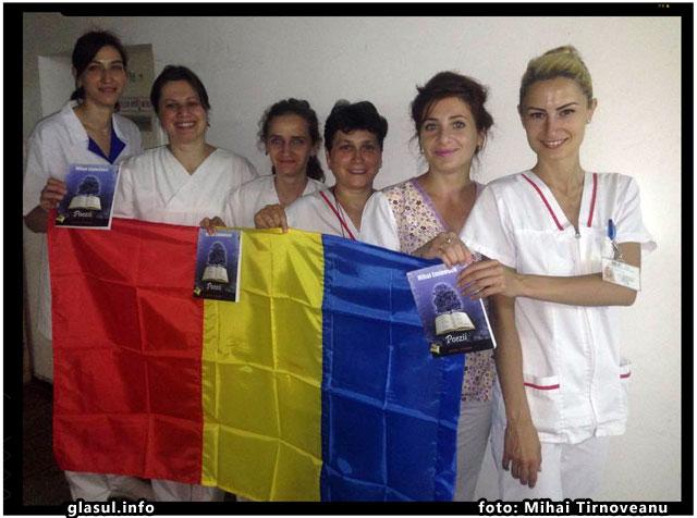 Un grup de asistente medicale foarte dragute din Brasov transmite un mesaj de solidaritate copiilor români din Harghita si Covasna, foto: Mihai Tirnoveanu