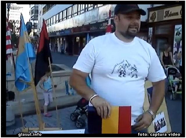 Tricolorul romanesc, batjocorit de catre Csibi Barna in cadrul unei actiuni antiromanesti desfasurate in orasul Nyiergyhaza din Ungaria, foto: captura video