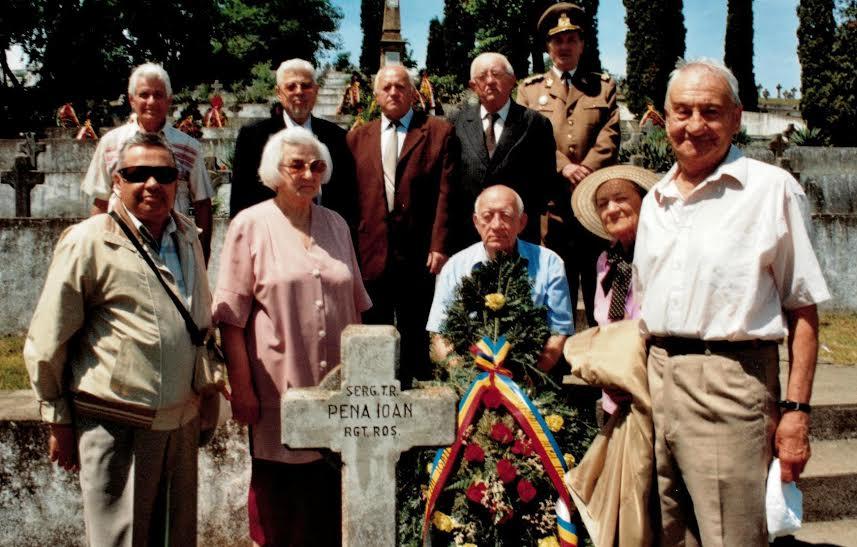 """Membrii Fundaţiei """"Alba Iulia 1918, pentru unitatea și integritatea României"""", la mormântul  scriitorului Ion Pena din Cimitirul Eroilor - Alba Iulia. Arhiva Revistei DACOROMANIA, foto: Marin Scarlat"""