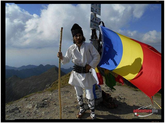Aparitie inedita in varf de munte. A urcat in opinci pe varful muntos cel mai inalt din Romania, foto: Daniel Singeorzan