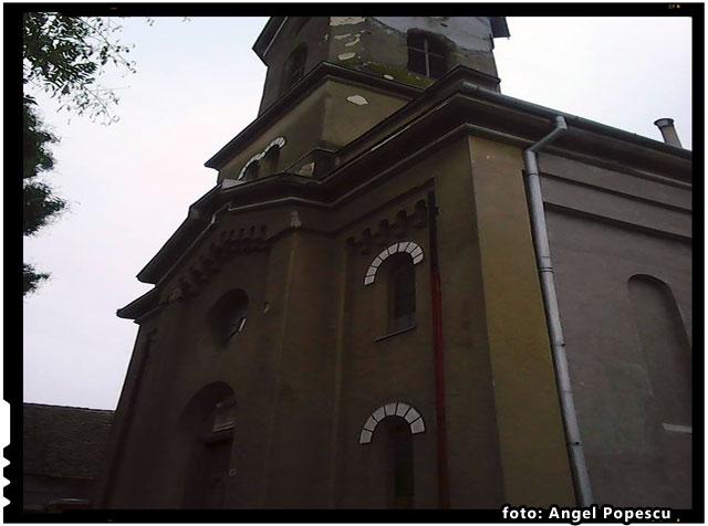 Enoriasii Bisericii Greco-Catolice din Vladimirescu impiedicati sa renoveze fatada lacasului de cult?, foto: Angel Popescu