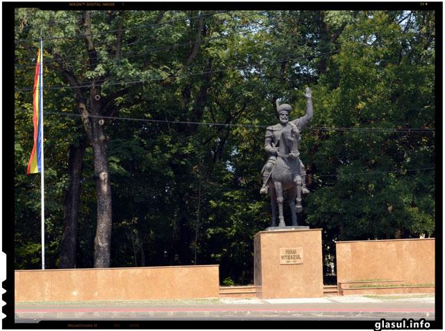 """Scandal diplomatic la Iasi. L-au topit pe """"Ostasul sovietic"""" pentru a-i face statuie lui Mihai Viteazul"""