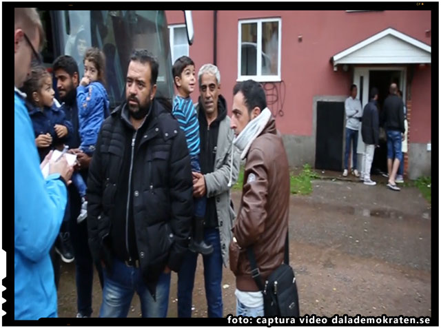 Au fost pe drum aproape o luna intreaga. Acum refuza sa coboare din autobuz. foto: captura video dalademokraten.se