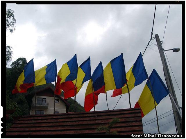 Primele steaguri tricolore au sosit. Pe 1 Decembrie vor flutura in curtile taranilor sau la balcoanele orasenilor romani din Harghita si Covasna, foto: Mihai Tirnoveanu