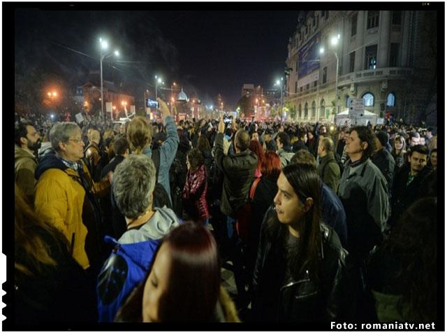 """Statul mafiot isi continua abuzurile si practicile de tip securistic! Un protestatar cu o pancarta pe care scria """"Jos Iohannis. Demisia!"""" intimidat de catre jandarmi , foto: www.romaniatv.net"""