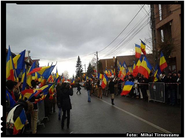 1 Decembrie 2015, Targu Secuiesc. Linia intai a frontului. Lupta pentru Romania continua! Lumina a rapus intunericul, foto: Mihai Tirnoveanu