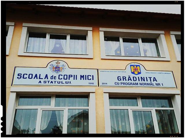 """La Râșnov se respecta traditia si sunt onorati inaintasii. A fost readusa la viata """"Scoala de copii mici a statului"""""""