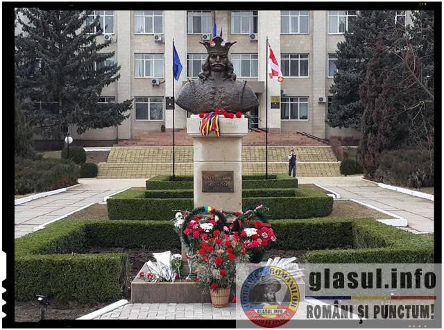 """Un nou implant de romanism in Republica Moldova. Un bust al lui Stefan cel Mare a fost donat de catre Societatea Cultural-Istorica """"Mihai Viteazul"""""""
