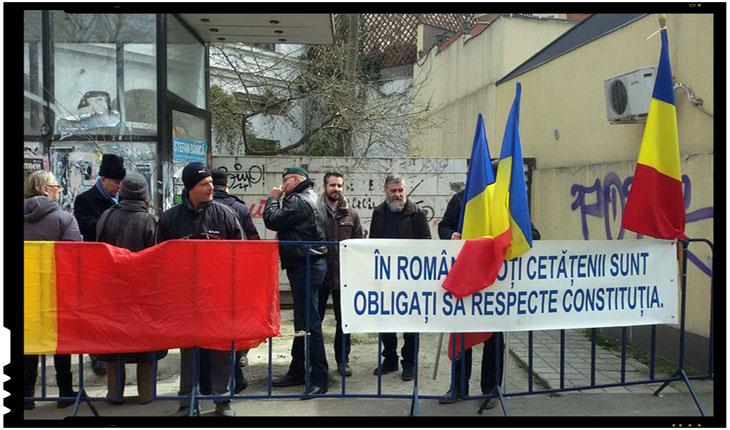 """Protest in fata sediului ambasadei Ungariei: """"In Romania toti cetatenii sunt obligati sa respecte Constitutia"""""""