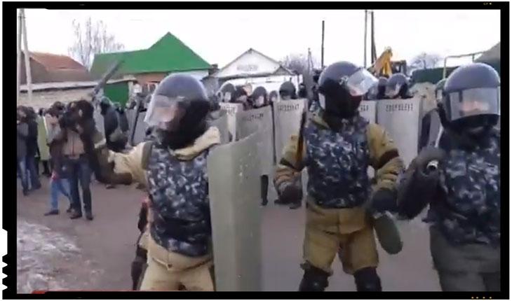 OMON, trupele speciale ale Federatiei Ruse, au intervenit violent impotriva unei comunitati de tigani acuzata ca fura gaz