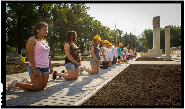 Moment emotionant in Basarabia: Tinerii Moldovei in genunchi comemorand raptul teritorial din 1940, Foto: facebook.com/tineriiMD
