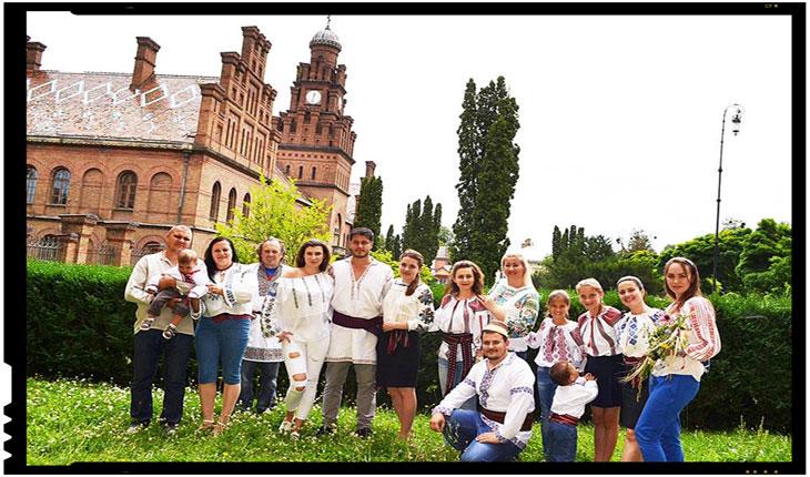 TINERII DIN CERNĂUŢI AU SĂRBĂTORIT ZIUA UNIVERSALĂ A IEI ROMÂNEŞTI, Foto: zorilebucovinei.com