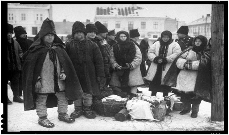 """Ţărani, lângă Cernăuţi, în timpul unui """"ger siberian"""", Foto: Margaret Bourke-White"""