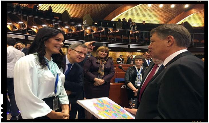 Deputatii Republicii Moldova i-au daruit lui Iohannis o harta a Romaniei Mari, Foto: facebook.com/alina.lainess