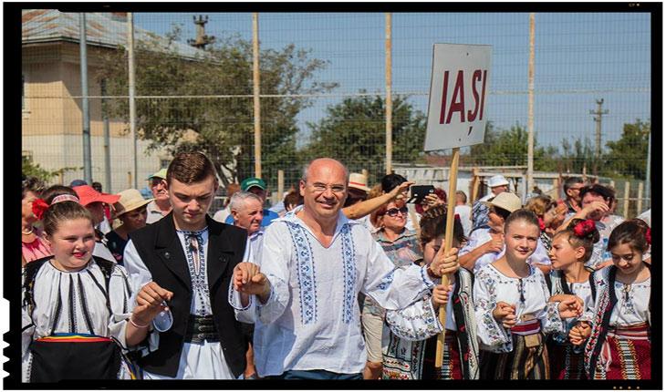 """La Festivalul Național de Folclor """"Mugurașii"""" si-a facut aparitia si președintele CJ Iași imbracat in costum popular, Foto: facebook.com/maricel.popa.oficial/"""
