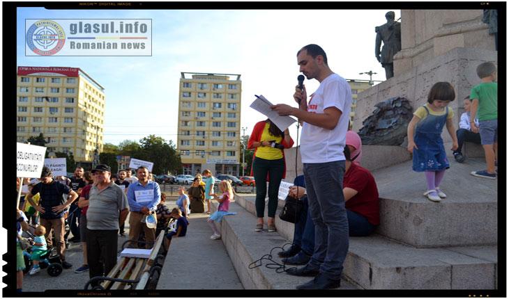 De la un microfon amplasat in preajmaStatuii lui Alexandru Ioan Cuza, unul dintre organizatorii evenimentului a rostito scrisoare deschisă aProf. Univ Dr. Pavel Chirilă