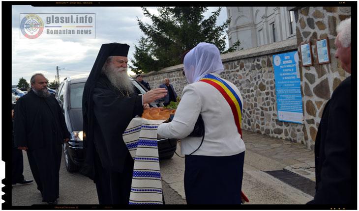 Oaspetii de seama invitati la aceasta sarbatoare religioasa au fost asteptati si intampinati cu paine si sare la poarta de intrare a manastirii de catre staretul manastirii si primarul comunei Mironeasa, doamna Curcudel Elena.