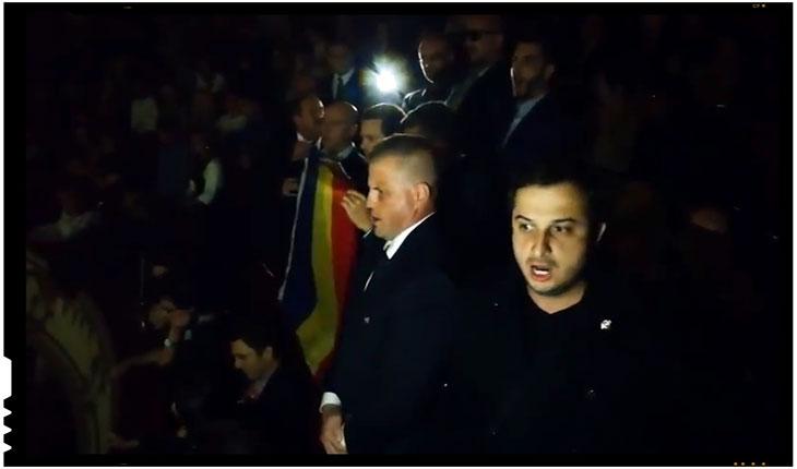 """Mai multi tineri au fost luati cu mascatii de la Opera pentru ca au cantat """"Deşteaptă-te, române!"""", Foto: Captura youtube paginadetransilvania.ro"""