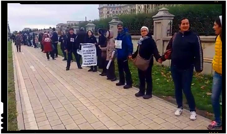 Lant uman format in jurul Parlamentului in semn de protest impotriva vaccinarii obligatorii, Foto: captura video activenews.ro