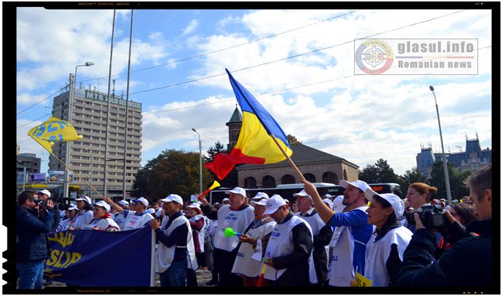Pentru a evita profesorii care protestau in fata Prefecturii din Iasi, Ministrul Educatiei Liviu Pop a folosit o alta iesire din cladire, Foto: Fandel Mihai