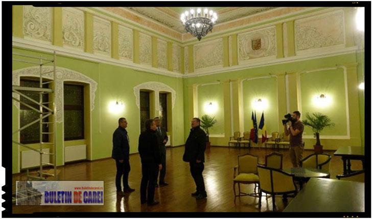 Vicepremierul Paul Stănescu nu s-a aratat deranjat de lipsa simbolurilor românesti din Sala Festiva a Primariei Carei, Foto: BuletindeCarei.ro