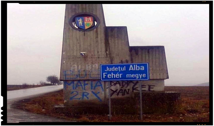 Disputa aprinsa in Parlamentul Romaniei asupra amplasarii ilegale a unui indicator bilingv intre judetele Alba si Mures, Foto: ziarulunirea.ro