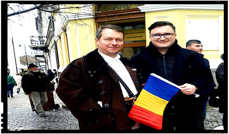 Jurnalistul Dan Tanasa impreuna cu doctorul si activistul Mihai Tirnoveanu la un protest in fata Primariei Sfantu Gheorghe, foto: facebook.com