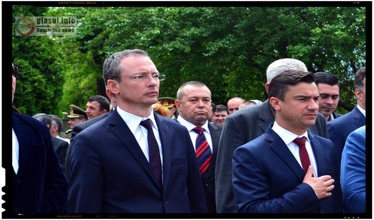 La orice manifestare, eveniment mai important din capitala Moldovei, cei doi pareau mereu de nedespartit, Gabriel Harabagiu tinand mereu indeaproape de poala luiMihai Chirica.