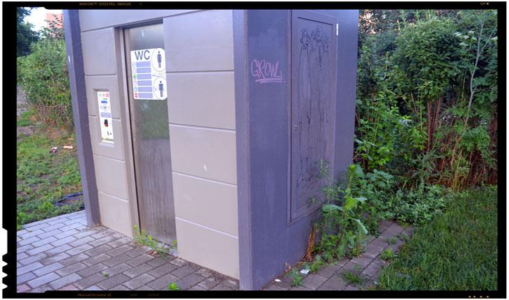 Zeci de mii de euro îngropați în toalete automate înghițite de buruieni la Iași